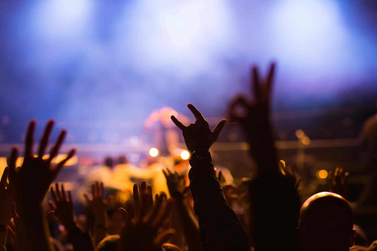 Cómo Convertir a los Clientes en Fanáticos: Bruce Dickinson, de Iron Maiden, Desafía los Recursos Humanos
