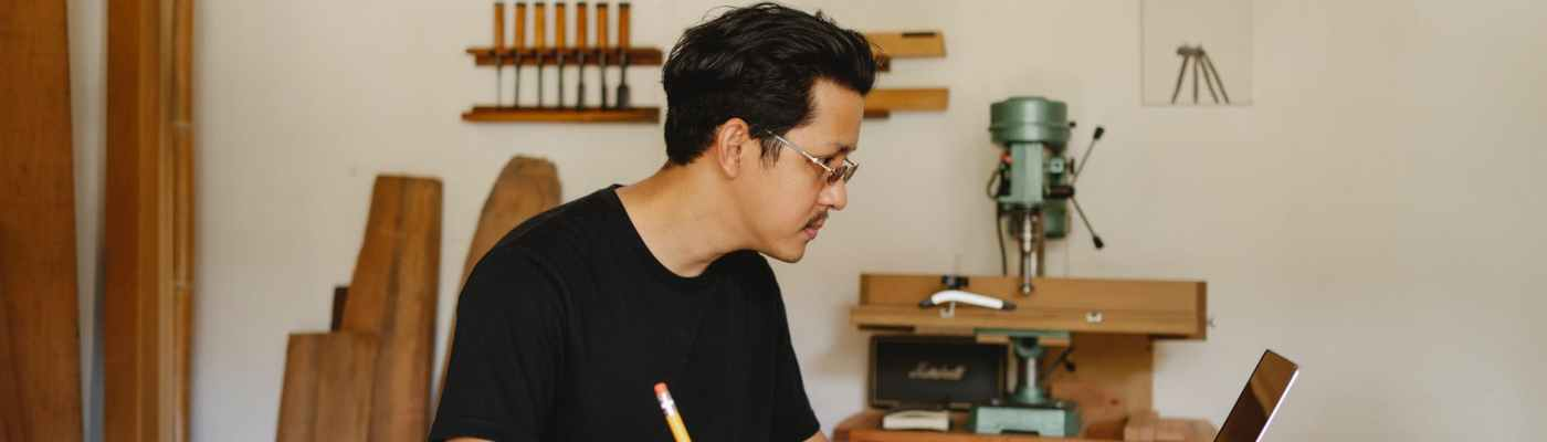 emprendedor diseñando en taller